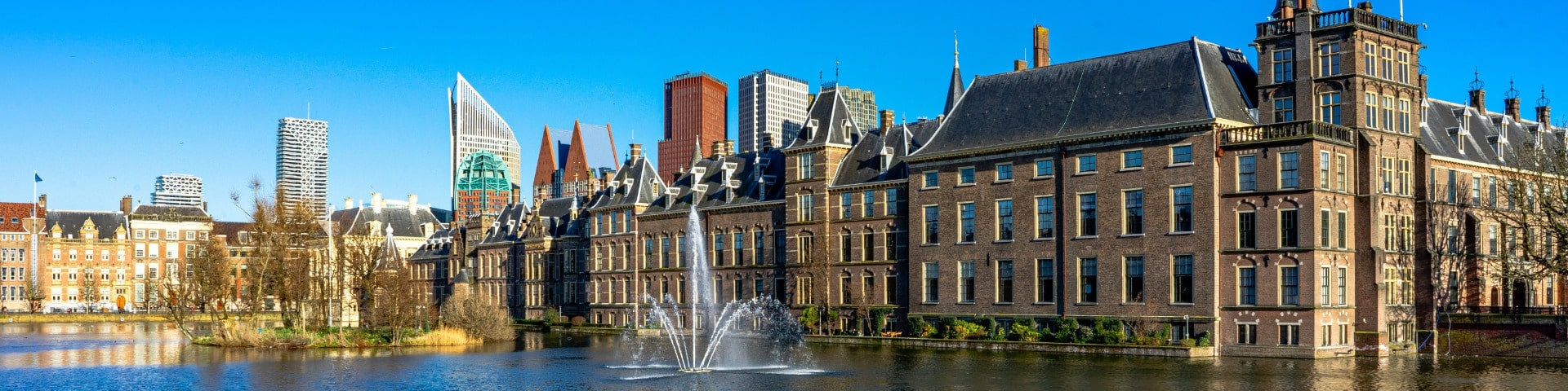 Binnenhof with pond in front